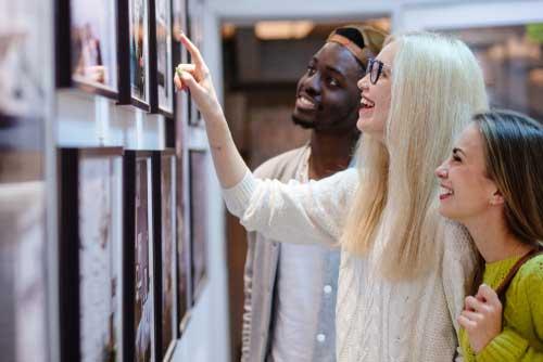 Exposition et galerie où sont exposées des photographies encadrées dans des caisses américaines
