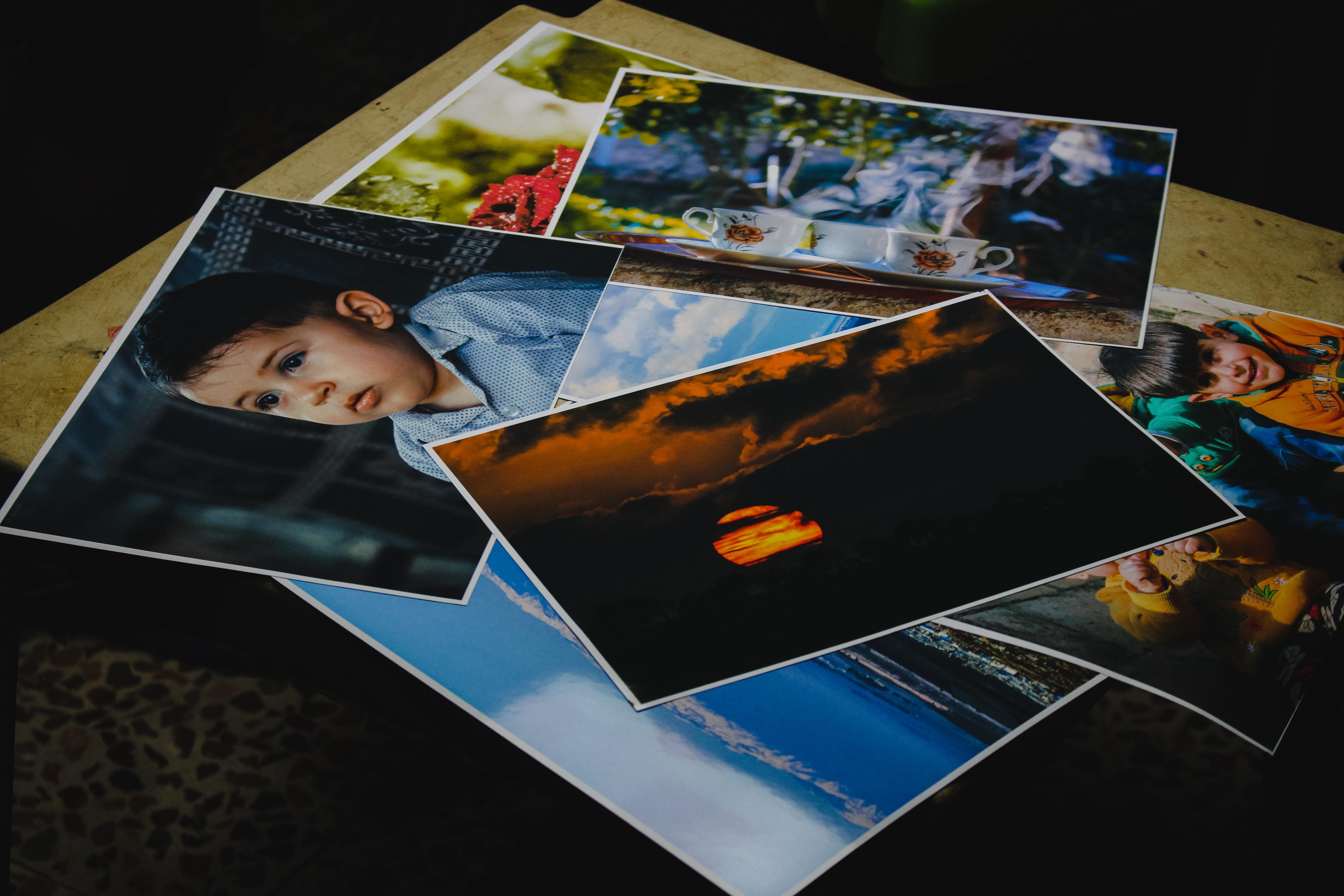 Tirages photos sur une table
